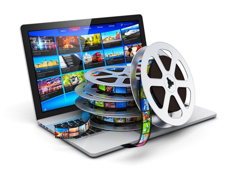 Taśma filmowa leżąca na laptopie